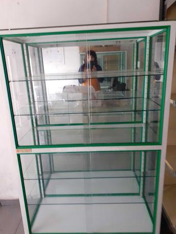Expositor em vidro com espelho e iluminação