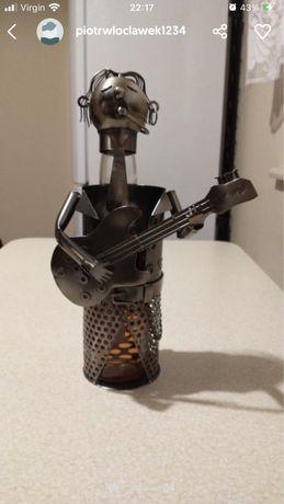 Metalowy stojak na wino gitarzysta 32 cm wysokosci