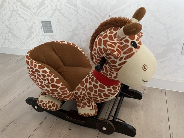 Żyrafa na biegunach i kółkach
