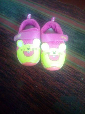 Продам кроссовки для девочек маленький