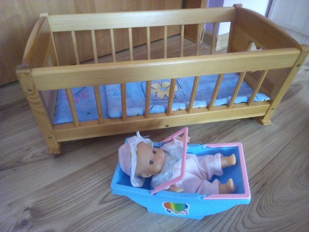 łóżeczko drewniane dla lalek na biegunach + nosidełko z lalką bobasem