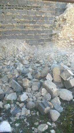 Gruz kamienie cegly