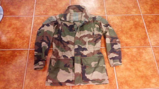 casaco de combate ao camuflado da marca Fecsa