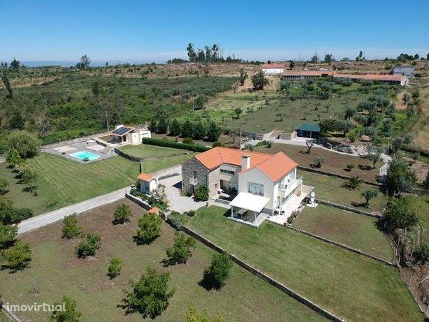 Quinta de 1,2 ha com moradia, piscina, anexos, vistas e muitas árvores