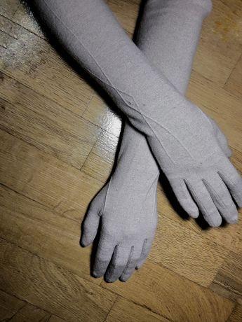 Длинные бежевые перчатки