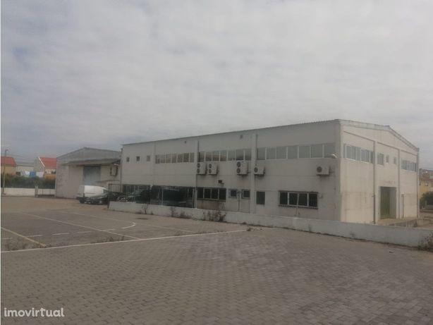 Armazéns 1500 m2 com logradouro 2000 m2