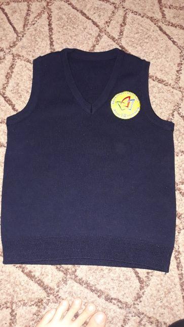 Только Березнеговатое!!!Школьная темно-синяя жилетка с эмблемой школы