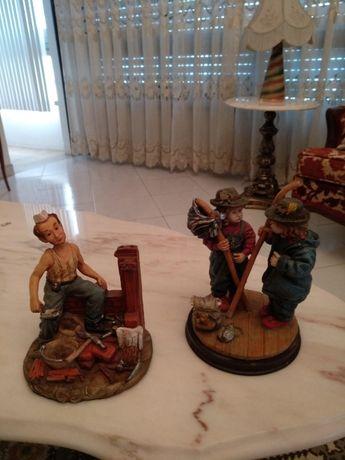 2 bonecos em base de madeira