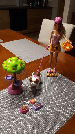 Barbie na wrotkach z psem
