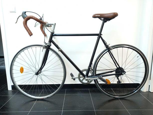 Bicicleta de estrada antiga com quadro em alumínio