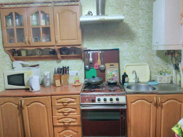Кухонный гарнитур с плитой, вытяжкой и мойкой.