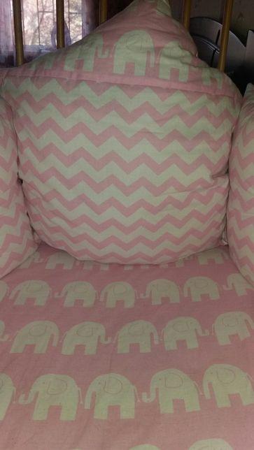 Комплект в кроватку: бортики, плед, простынка