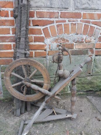 stary działający kołowrotek do wełny i magiel do wełny