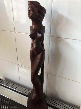 Estatua de mulher em madeira