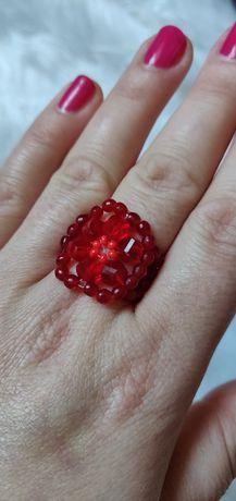Czerwony pierścionek ręcznie robionych.