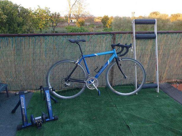 Bicicleta de corrida e rolos de treino