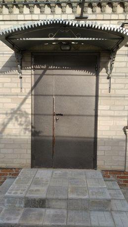 Козырек с оцинковки на дверью