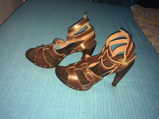 Sandálias castanhas novas