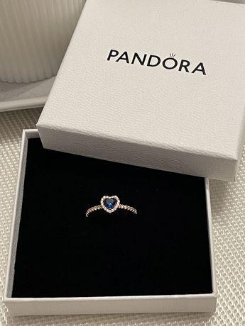 Pierscionek z niebieskim sercem Pandora