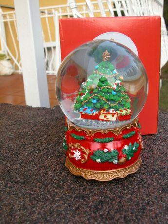 śnieżna kula z świąteczną figurką w środku