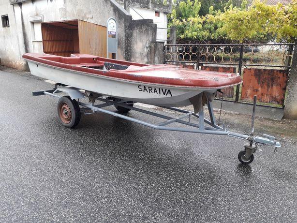 Barco com atrelado