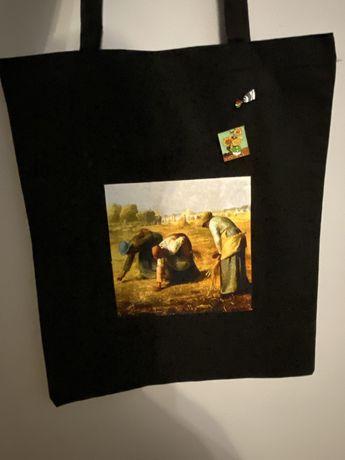 Czarna torba z przypinkami