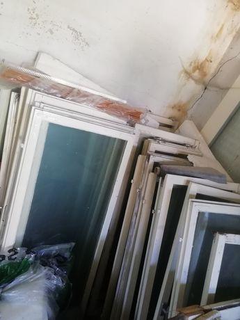 Stare okna z szybami