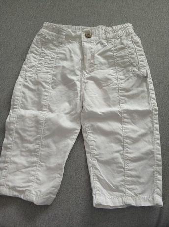 Białe spodnie chłopięce