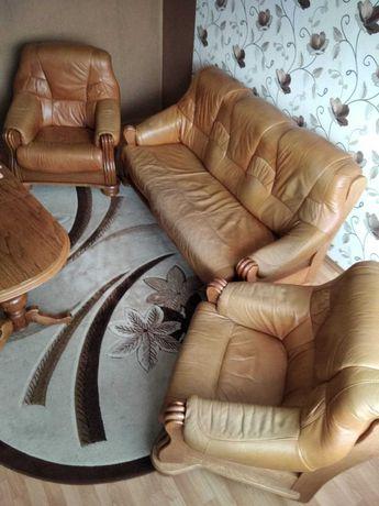 Komplet mebli  wypoczynkowych / skóra/drewno/pufek  + stół