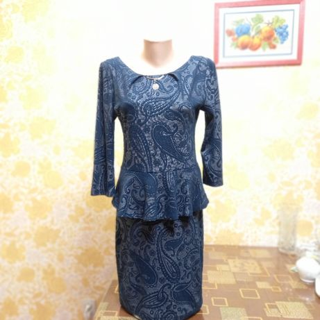 Платье с баской и открытой спиной.