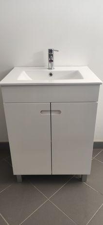 Lavatório de WC com armário e torneira.
