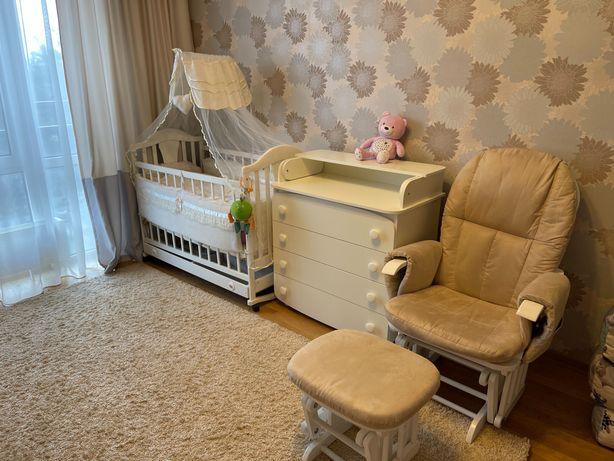 кресло-качалкадля кормления и  + кроватка + пеленальный столик