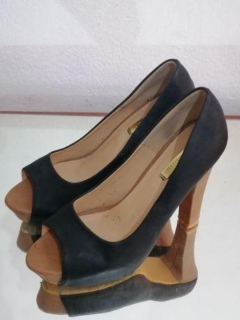 Sapatos de salto peep toes