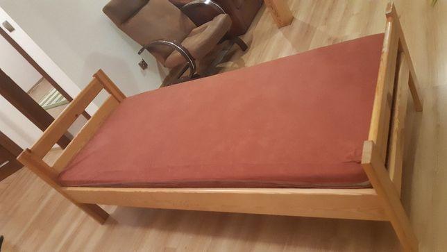 Sprzedam łóżko sosnowe z materacem.
