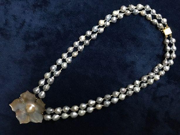 Colar de pérolas barrocas cinzentas e ouro com pendente de madrepérola