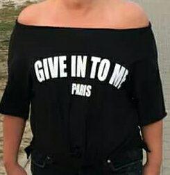 Czarna bluzka z napisem. Miekka rozciagliwa bawelna. Ubrana raz. Uni