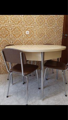 Mesa e 4 cadeiras de cozinha