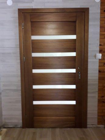 Drzwi wewnętrzne drewniane sosnowe z ościeżnicą. Producent.