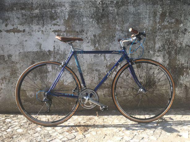Bicicleta com quadro vintage restaurado