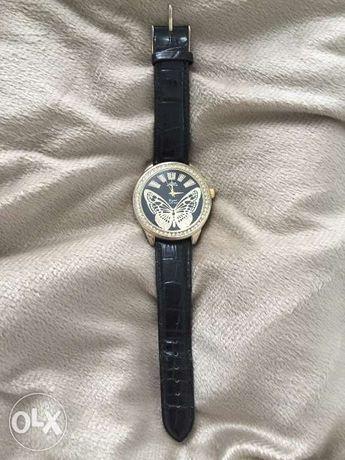 Наручные часы украшены кристалами и ремешком под кожу крокодила
