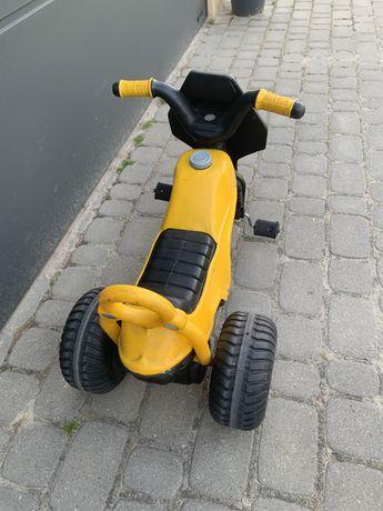 Maly rowerek dzieciecy trójkołowy