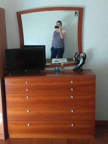 Cómoda em madeira com espelho