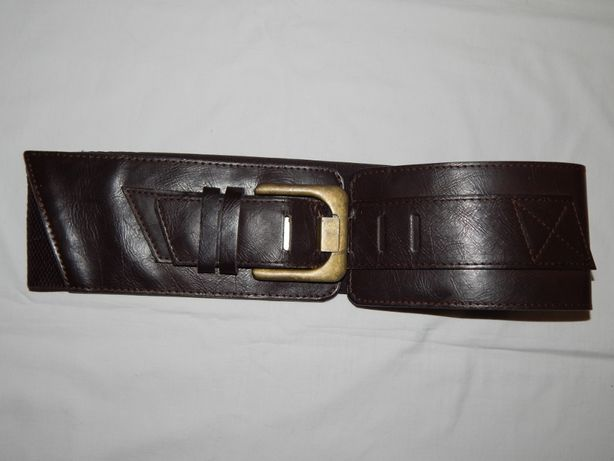 Широкий пояс коричневого цвета из кожзаменителя.