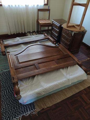 Cama de casal + colchão + mesas de cabeceira + cómoda + vestuário
