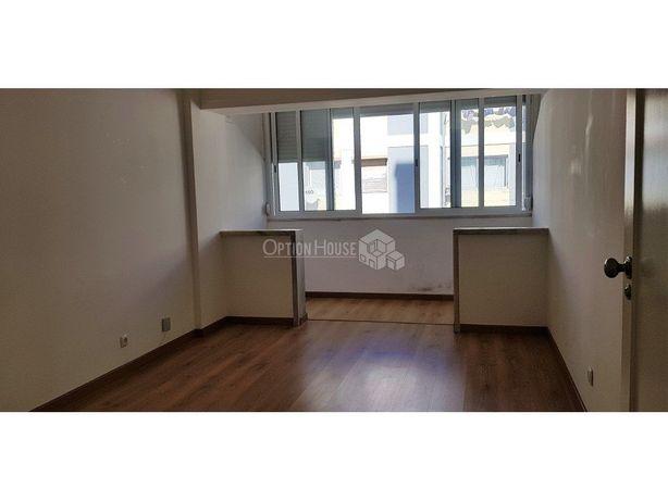 Apartamento T1, varanda, entre Olaias e Alameda