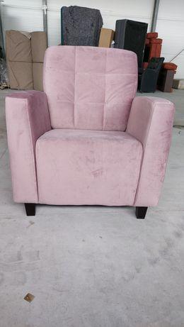 Nowy różowy fotel
