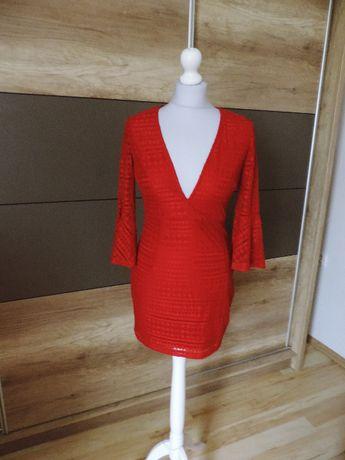 Czerwona sukienka z dekoltem 38