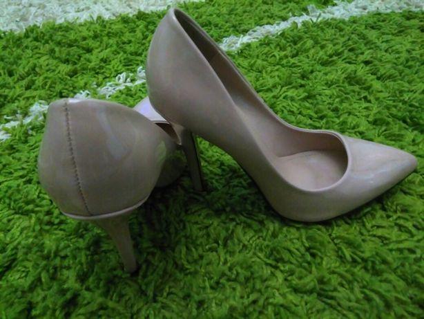 Жіноче взуття продається
