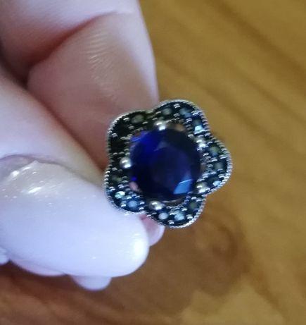 Vendo anel em prata, ajustável com pedra azul escura