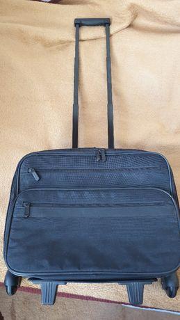 Mała walizka na kółkach, kabinówka, specjalne miejsce na laptopa